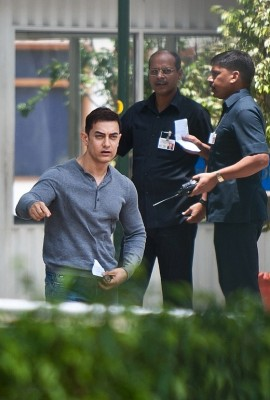 Aamir meets PM, seeks scrapping of manual scavenging